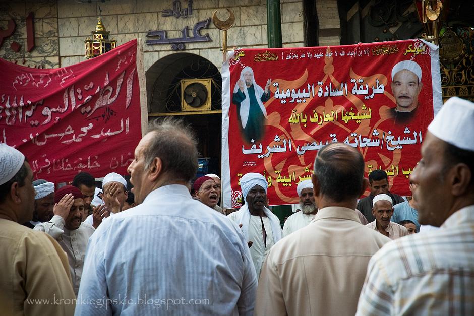 2. EGIPT, Kair. Wszystkie znaki na niebie i ziemi wskazują, że Ramadan w bieżącym roku (1432 roku księżycowym według kalendarza Hirji) rozpocznie się 1 sierpnia. Decydujący głos w tej sprawie ma jednak Rada Mędrców, która na podstawie obserwacji księżyca podejmie ostateczną decyzję, dzień lub dwa przed jego rozpoczęciem. Decyzja o terminie rozpoczęcia Ramadanu ogłoszona zostanie podczas procesji do Meczetu Husseina – najświętszego miejsca w Kairze, a następnie powtórzona we wszystkich wiadomościach telewizyjnych i radiowych. (Fot. Anna Krukowska)