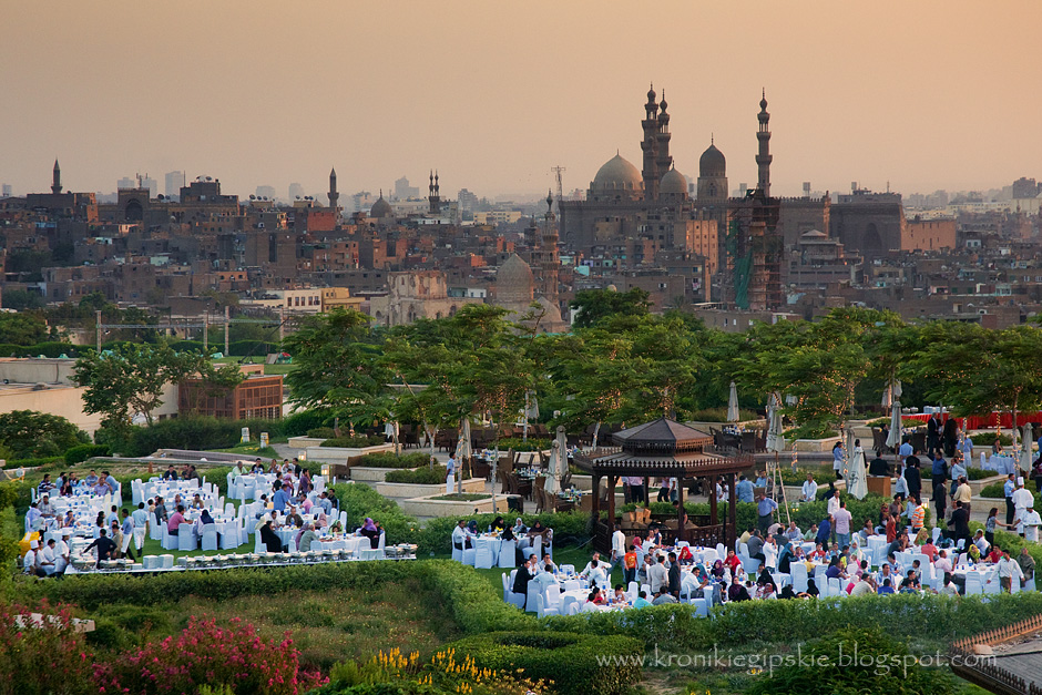 6. EGIPT, Kair. Gdy więzi rodzinne są już wystarczająco mocno napięte nadchodzi czas na nadrobienie towarzyskich zaległości. Wówczas iftar spożywa się w barach i restauracjach, które z tej okazji przygotowują specjalne oferty. Im bliżej końca Ramadanu, tym bardziej oblężone są restauracje i zielone skwery, gdzie w nocy odbywają się pikniki i wszelkiego rodzaju koncerty. (Fot. Anna Krukowska)
