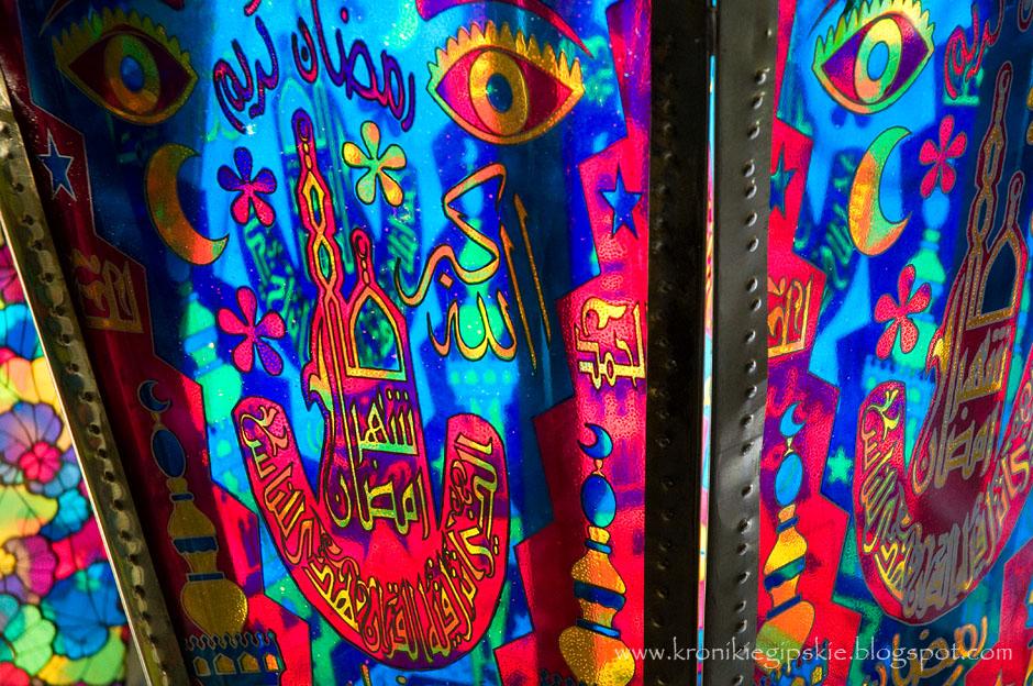 9. EGIPT, Kair. Fanoose najczęściej zdobione są symbolami islamu: często wizerunkiem meczetu w Mekkce oraz Kaaba – znajdującym się tam świętym kamieniem, arabską kaligrafią, rzadziej motywami kwiatowymi. Wzory, podobnie jak moda, zmieniają się z roku na rok. (Fot. Anna Krukowska)
