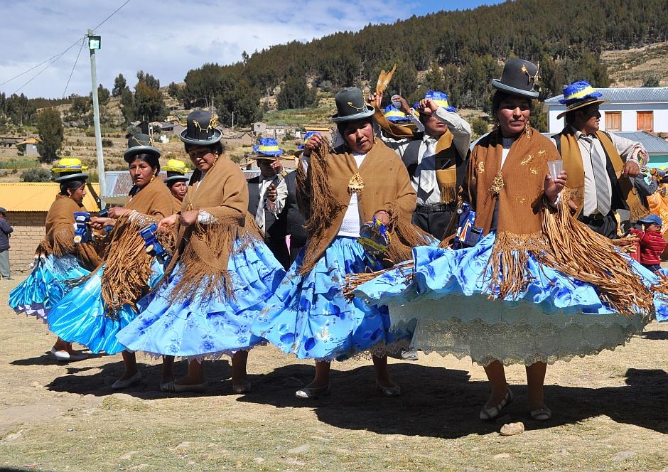 6. Boliwia, Isla del Sol. W trakcie tradycyjnych boliwijskich fiest tańczy się kręcąc się w kółko z przedstawicielami własnej płci… (Fot. Maja Szymańczak)