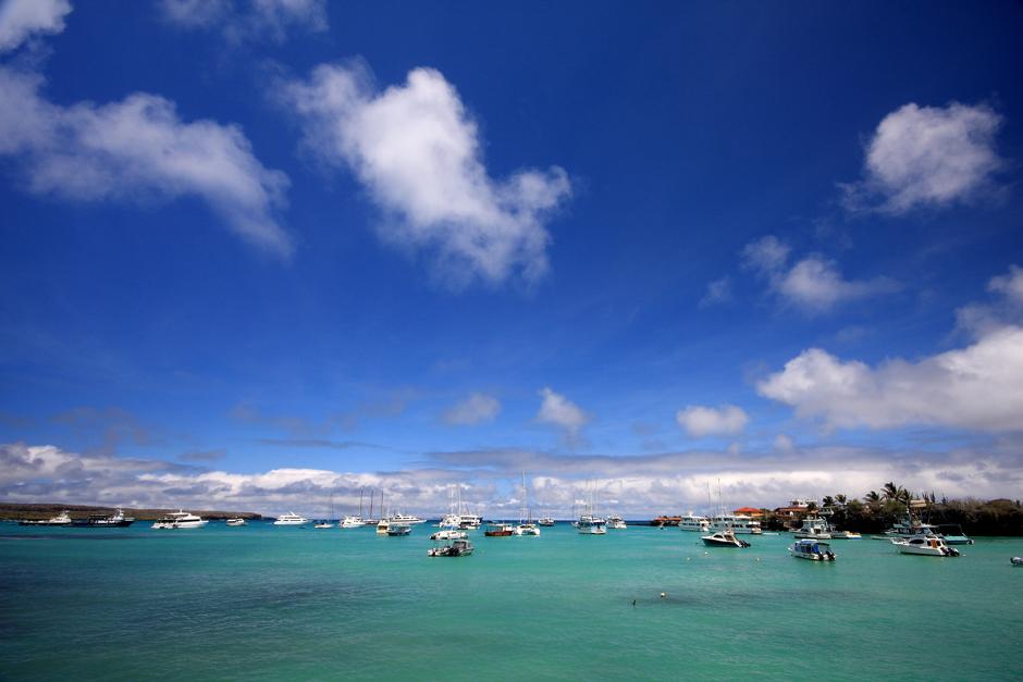 02. GALAPAGOS, Puerto Ayora na wyspie Santa Cruz. Widok z molo największego miasta w archipelagu. W Puerto Ayora mieszka prawie 10 tysięcy ludzi. (Fot. Magda Biskup)