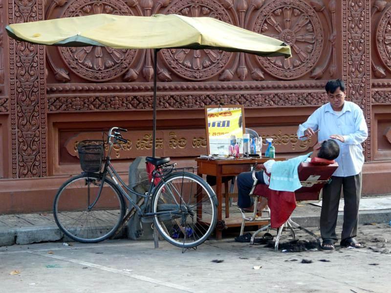 Uliczny fryzjer w Phnom Penh. (Fot. Krzysztof Dopierała)