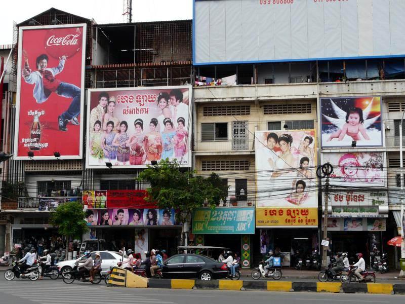 Kiczowate billboardy dają po oczach. (Fot. Krzysztof Dopierała)