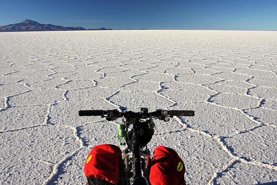 Rowerowy przejazd przez Salar de Uyuni w Boliwi
