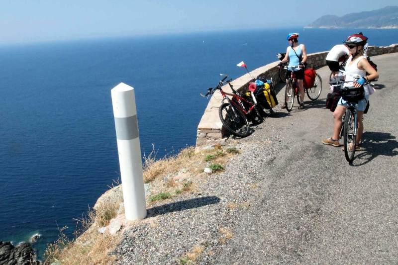 Prowadząca brzegiem morza droga na Korsyce