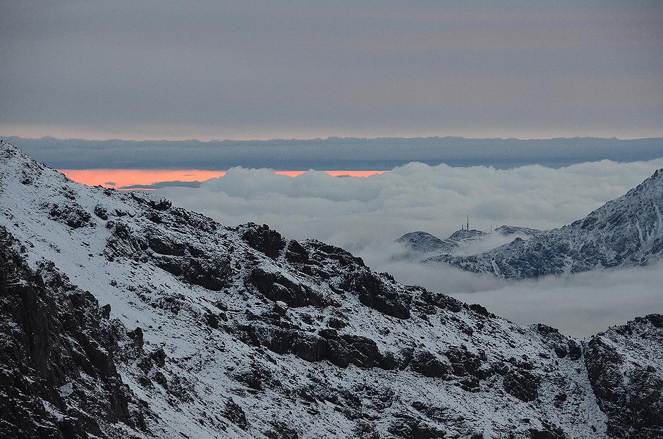 7. MAROKO, Atlas Wysoki. Wczesny poranek, widok w kierunku doliny Imlil. Obszar znajduje się na terenie parku narodowego, który obejmuje swoim zasięgiem 380 km2. (Fot. Kuba Adamiec)
