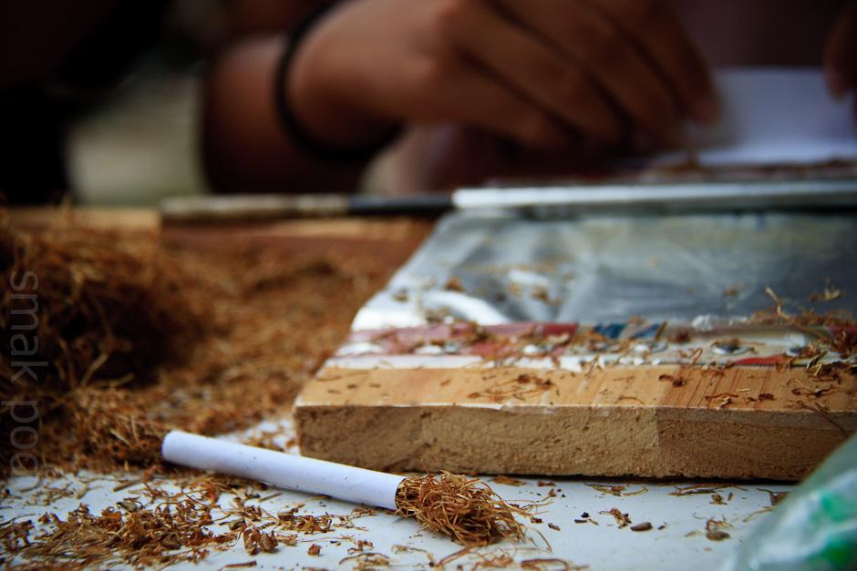 Chińczycy sprzedaja turystom papierosy domowej roboty