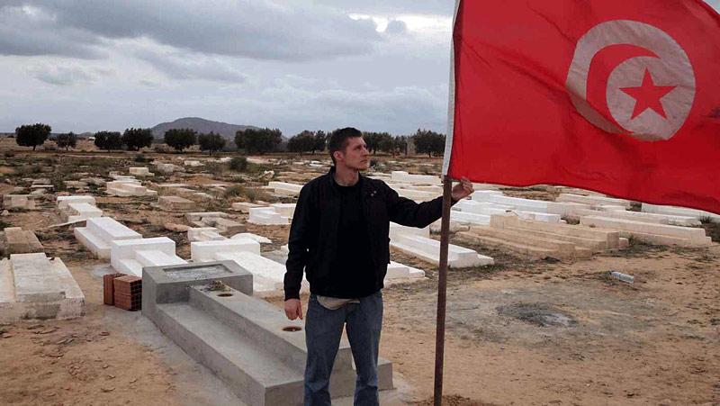 Andrzej Muszyński na grobie Mohameda Buaziziego, w trakcie przygotowywania reportażu na temat rewolucji w Tunezji. (Archiwum)