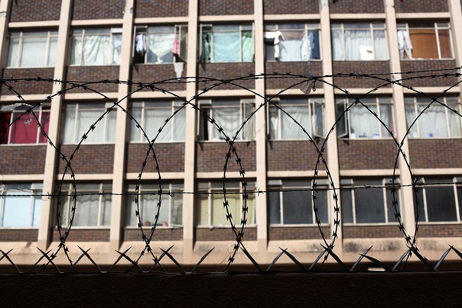 Wiele budynków w Kapsztadzie strzegą druty kolczaste.