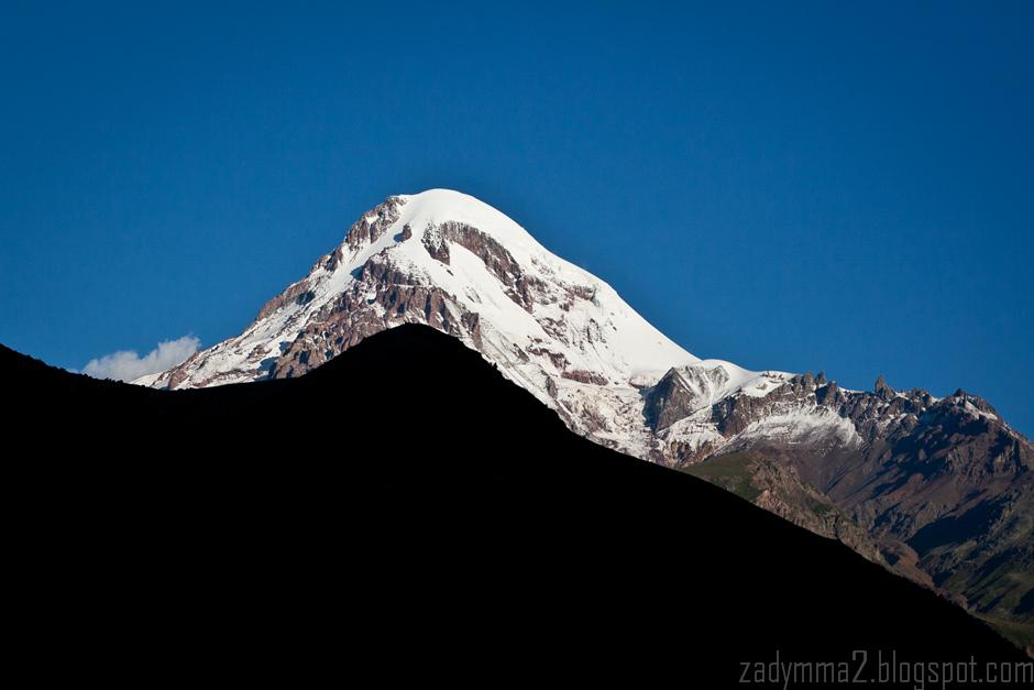 4. GRUZJA, Kazbegi. O taki widok nie jest łatwo - Kazbek jest najwyższy w okolicy i przez większość czasu spowijają go chmury. (fot. Michał Popławski)