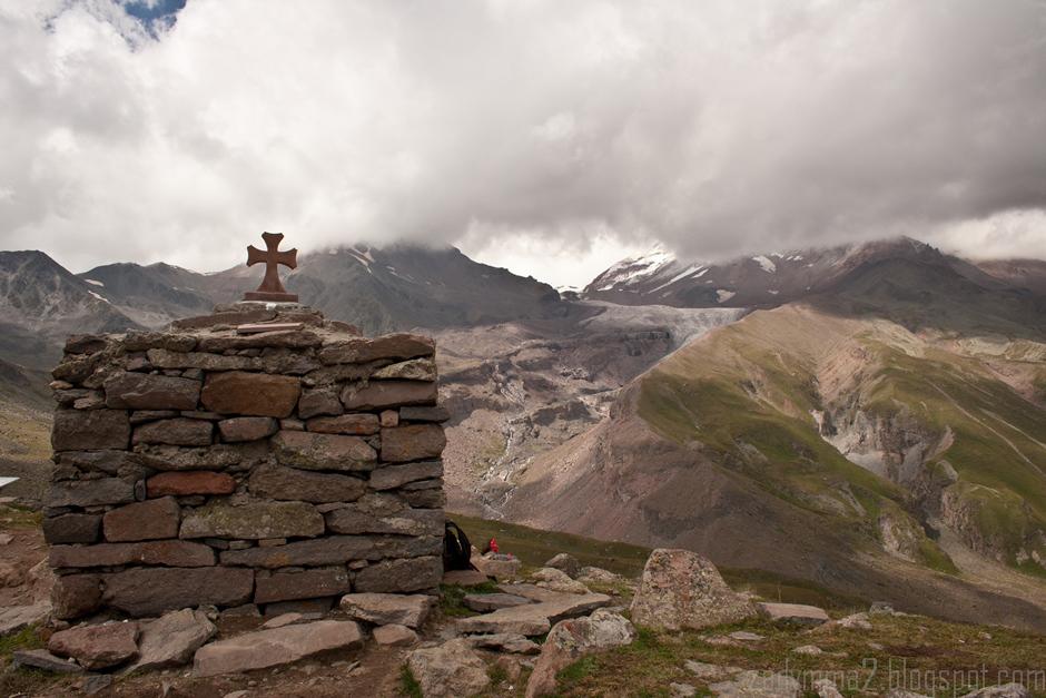 8. GRUZJA, Kazbek. Z tego miejsca część osób zawraca do doliny, bardziej wytrwali mają jeszcze około 2 godzin drogi do czoła do lodowca. (fot. Michał Popławski)