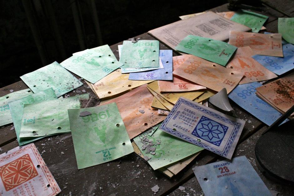 7. UKRAINA, Prypeć. W opuszczonym szpitalu można znaleźć kartki z kalendarza na rok 1986. (Fot. Ewa Serwicka)