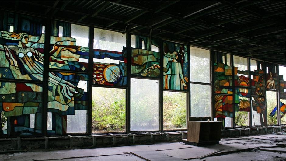 18. UKRAINA, Prypeć. W kawiarni Cafe Pripyat nad wodą zachowały się jeszcze stare witraże. (Fot. Ewa Serwicka)