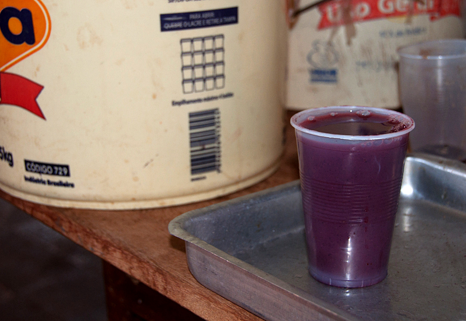 5. BOLIWIA, Sucre. Śniadanie wypada czymś popić. Wybór pada na api! Czyli ciepły i gęsty napój z czerwonej kukurydzy z laskami wanilii. (Fot. Piotr Horzela)