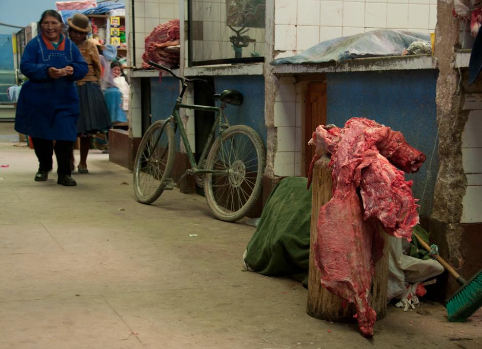 8. BOLIWIA, Sucre. Przed południem między masarniami jest spokojnie. Czasem przebiegnie pies, czasem pan dostawca przytarga na ramieniu kawał mięsa. (Fot. Piotr Horzela)