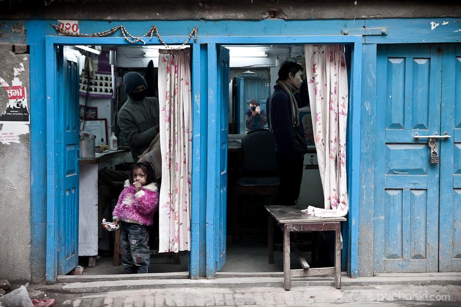 Zakład fryzjerski w Katmandu.