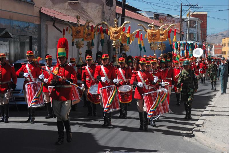 Mieszkańcy krajów Ameryki Łacińskiej uwielbiają świętować i przy każdej możliwej okazji organizować parady. (Fot. Marcin Kruczyk)