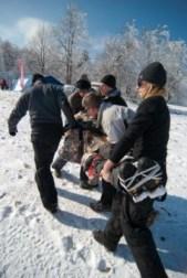 Poszkodowanego trzeba przetransportować do obozu bez specjalistycznego sprzętu. (Fot. Archiwum CSU Medaid)