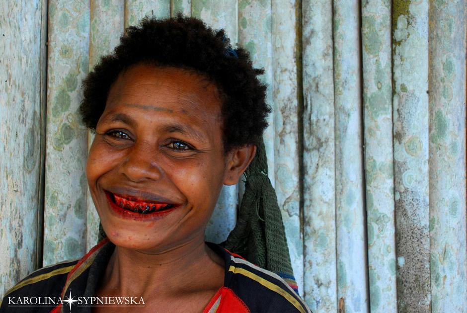 Mieszkanka Papui żująca betel