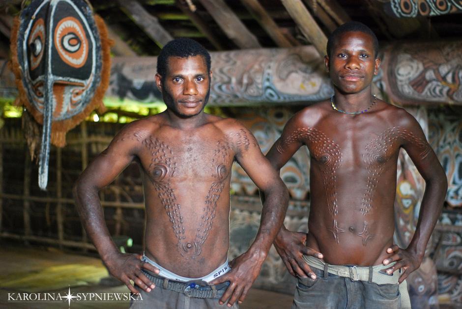 Chłopcy z Papui Nowej Gwinei po obrzędzie inicjacji