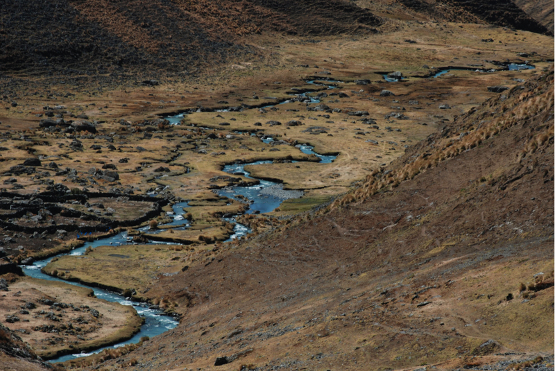 Strumień wypływający z jeziora Sorel wije się w kierunku Puiny. (Fot. Marcin Kruczek)
