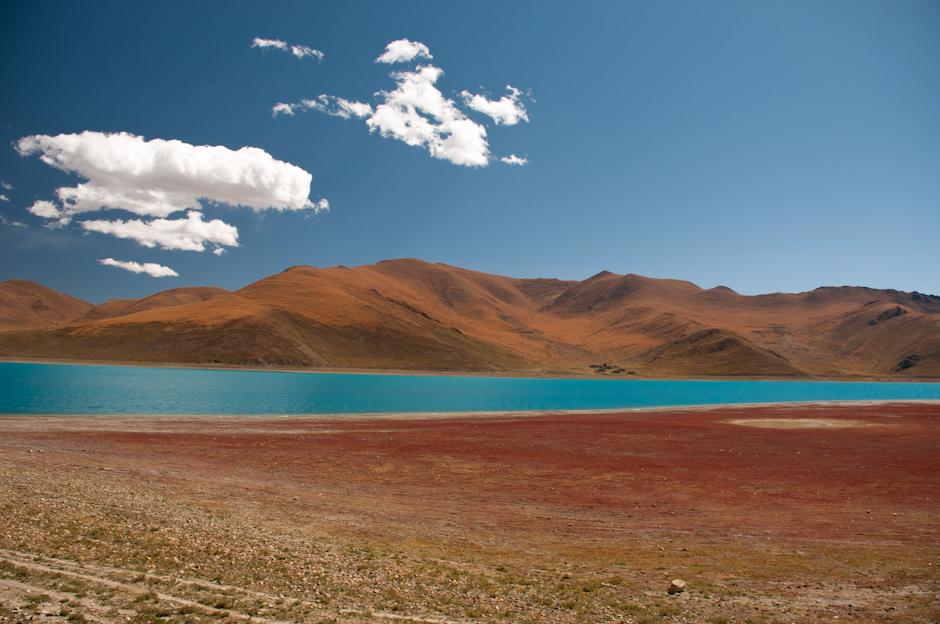 Zdjęcia z podróży do Tybetu. Krajobraz nad jeziorem Yamdrok