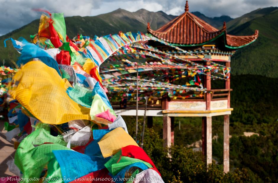Tybetańskie flagi z zapisanymi modlitwami