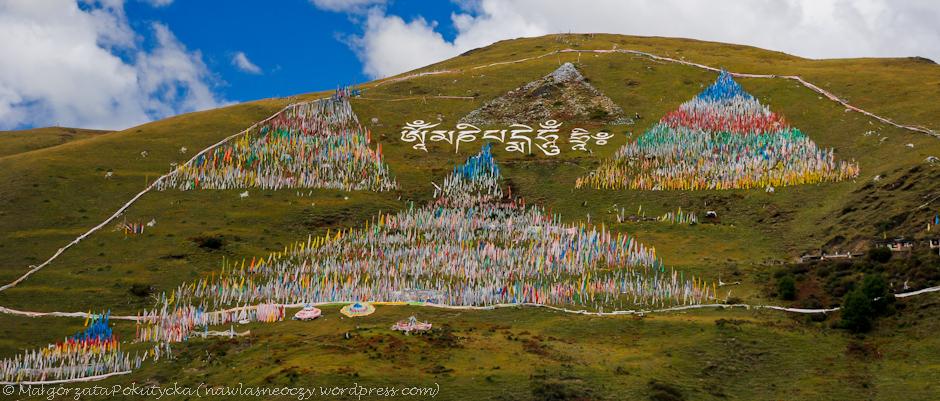 Tybetańskie wzgórza pokryte flagami