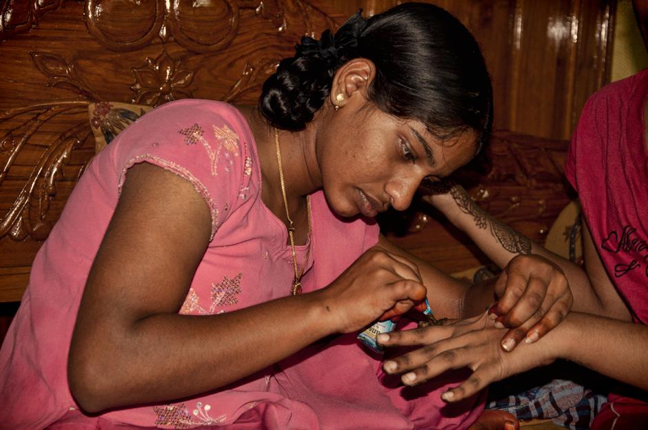 1. INDIE, Achanta. Dzień przed ślubem jedna z dziewczynek maluje pozostałym dłonie henną. (Fot. Kasia Adamczyk-Tomiak)