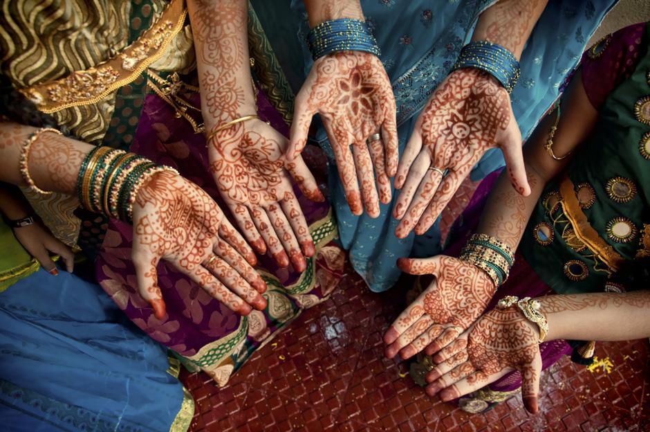9. INDIE, Achanta. Ręce dziewczyn pokryte są henną. (Fot. Piotrek Tomiak)