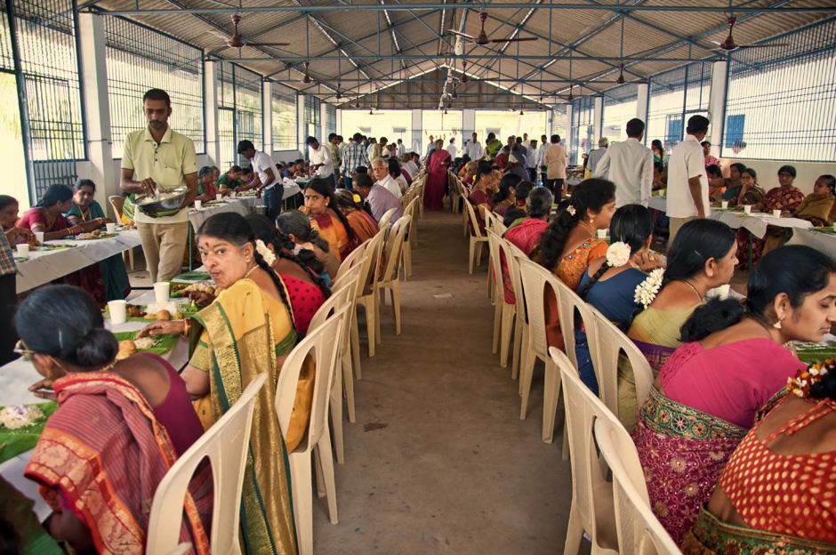 12. INDIE, Achanta. Obiad odbywa się w olbrzymiej hali, na którą zaproszono wszystkich sąsiadów i znajomych Lakshmiego oraz ich rodziny. (Fot. Kasia Adamczyk-Tomiak)
