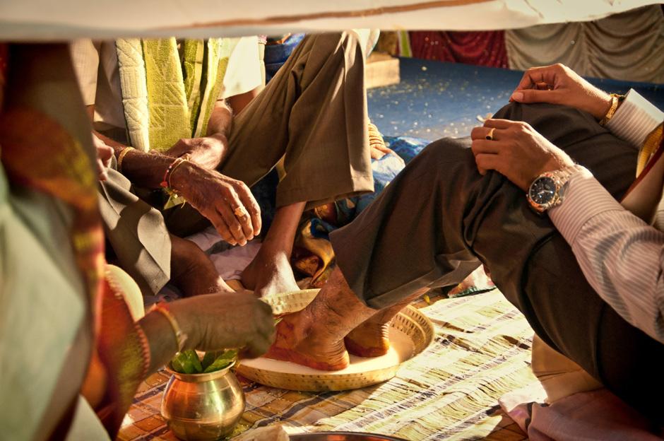 23. INDIE, Kovvur. Stopy Lakshmiego obmywane są w mleku. (Fot. Kasia Adamczyk-Tomiak)