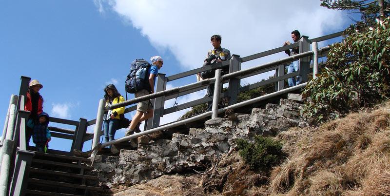 Chińscy turyści na górze Jiaozi