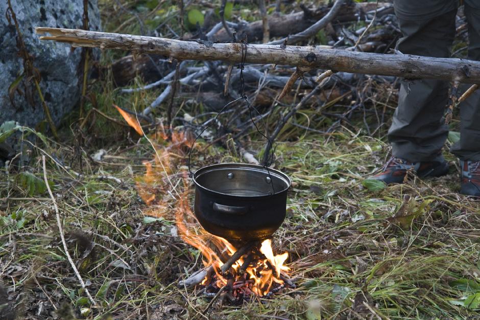 Wieczorny obóz w rosyjskich górach Chamar Daban