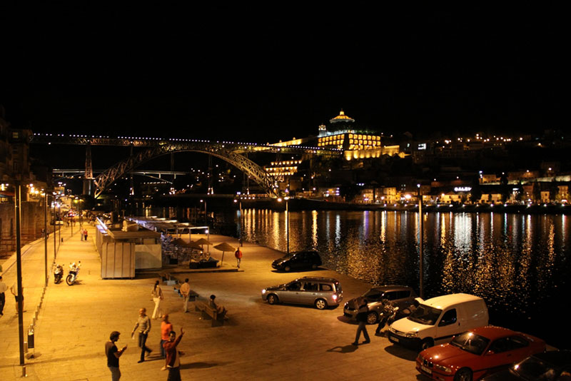 Nadrzeczna dzielnica Ribeira nocą