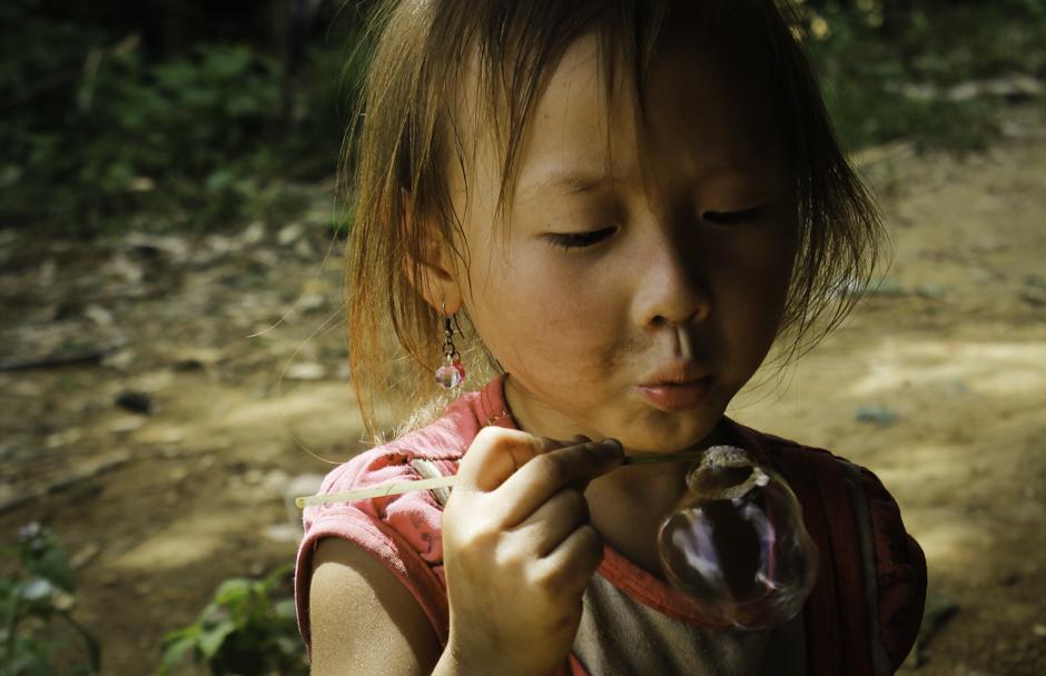 dziewczynka o nietypowym kolorze włosów