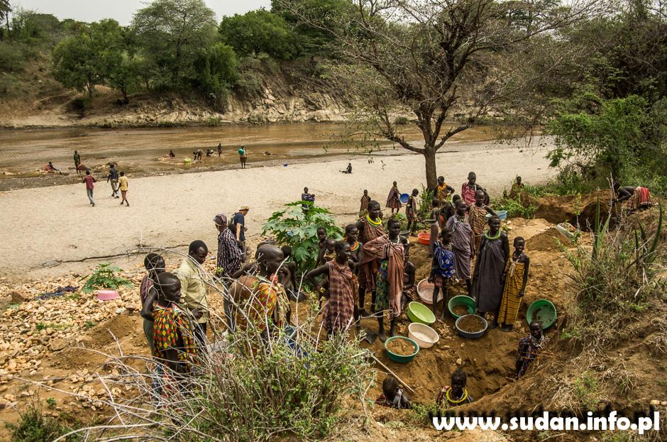 Afrykańskie kobiety z ludu Toposa w kopalni złota