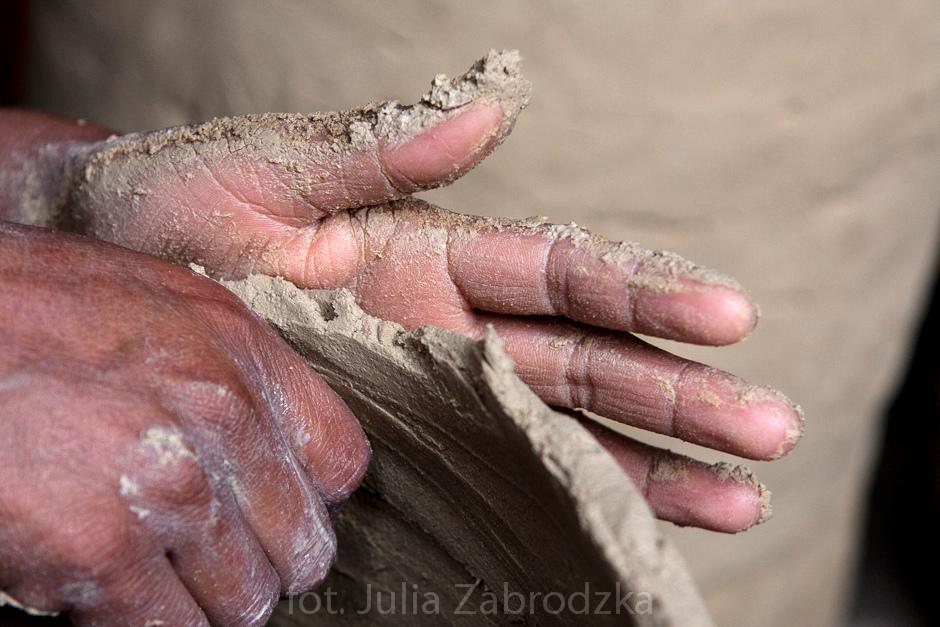 Lepienie garnków z gliny. Zdjęcia z Meksyku