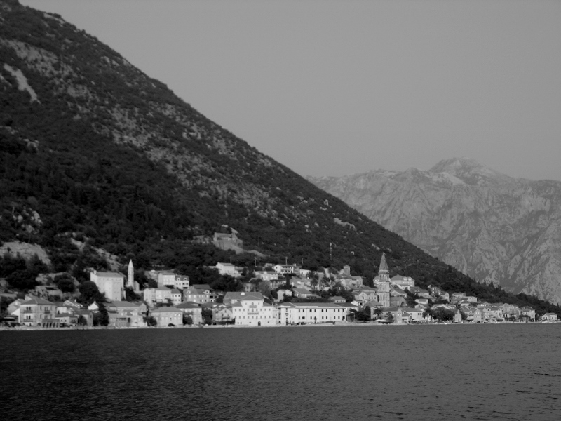 Perast od strony morza. (Fot. Magdalena Bodnari)