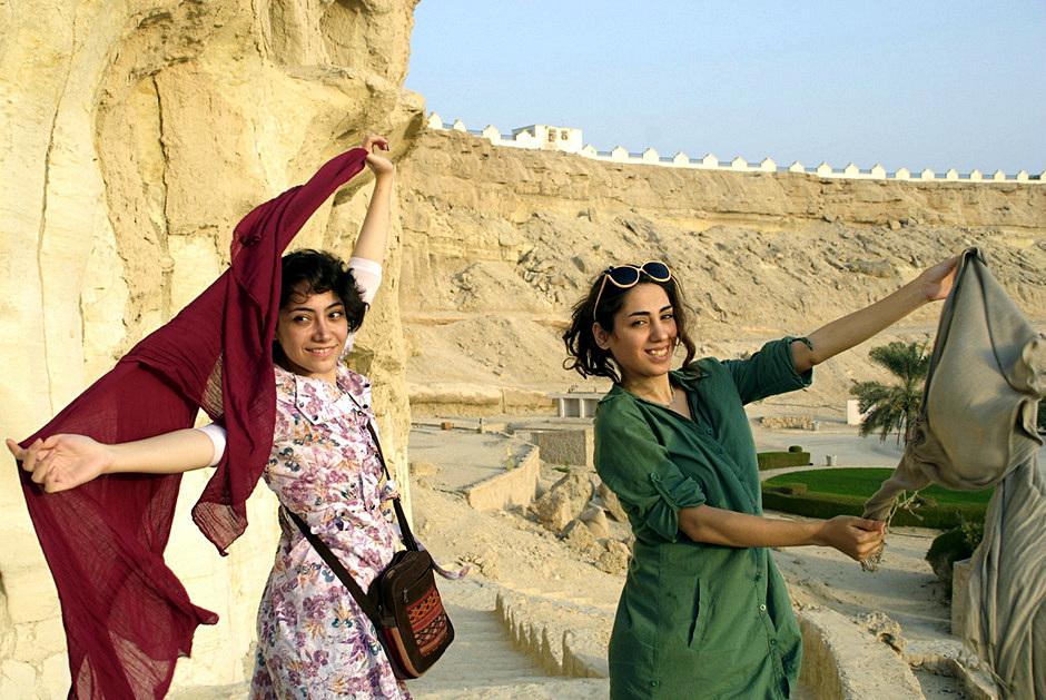 Młode Iranki bez tradycyjnych chust