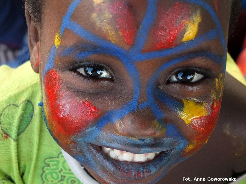 Afrykańskie dziecko z pomalowaną twarzą