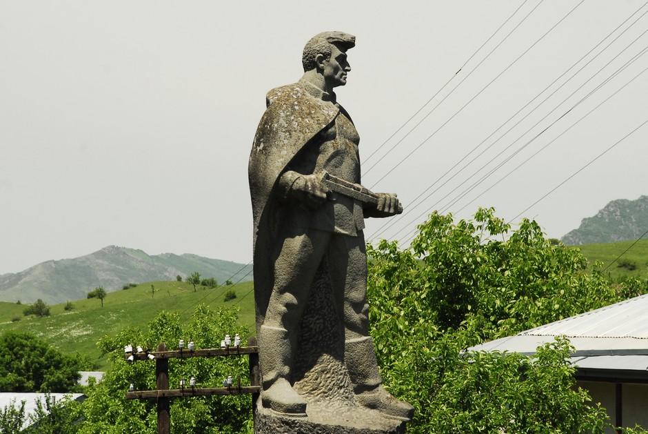 Pomnik żołnierz z karabinem - foto z Armenii