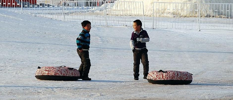 Chińskie dzieciaki bawią się na śniegu