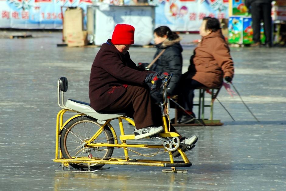 Chińczycy na lodowisku w Pekinie
