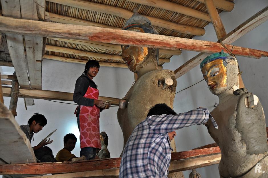 Renowacja posągów Buddy - Ladakh