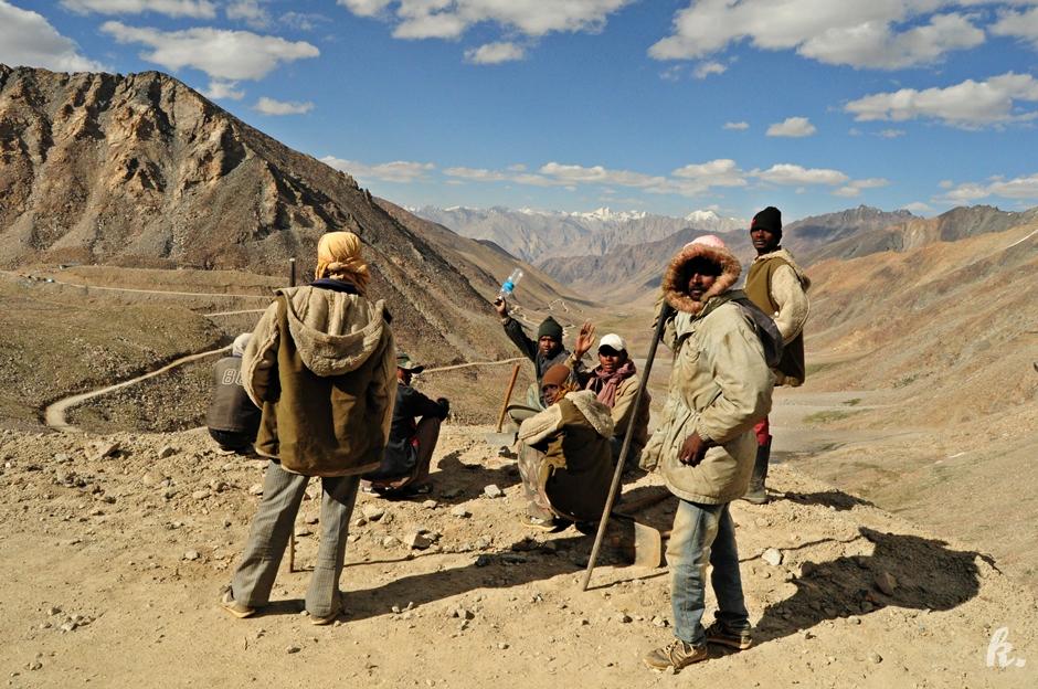 Hinduscy żołnierze pomkagają w budowie drogi przez Ladakh