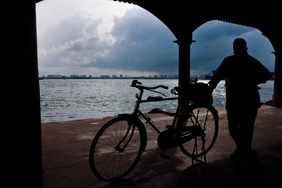 Rowerzysta na promie w Indiach