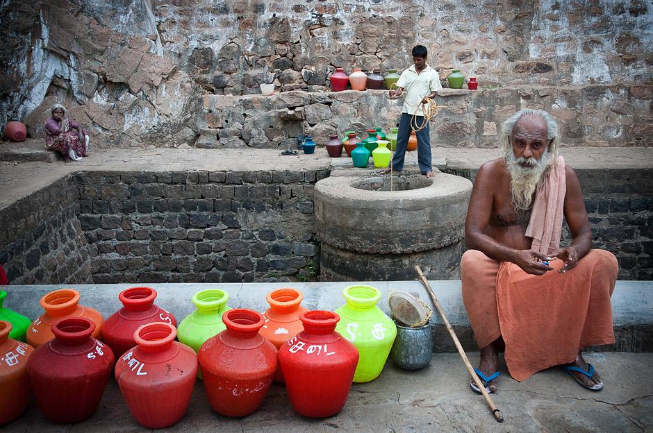 Studnia w indyjskim mieście - foto