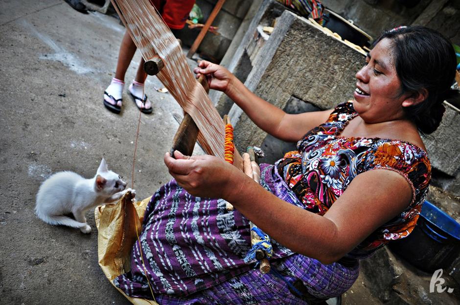 Tkaczka spotkana podczas podróży przez Gwatemalę
