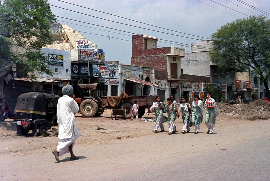 Hinduskie dziewczyny idą do szkoły